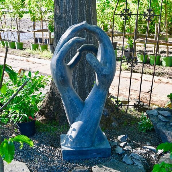 Große Skulptur Hände auf Sockel